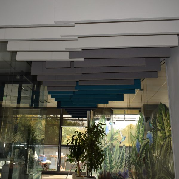 Vertikiálny akustický panel na strop